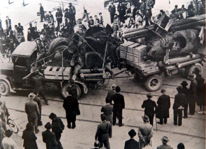 I Cavalli di bronzo caricati su degli autocarri in direzione di Rivalta